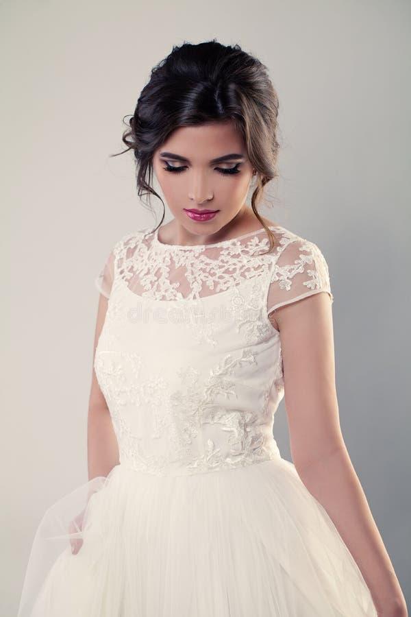 Modelo de forma Bride no vestido branco Composição do casamento fotos de stock royalty free
