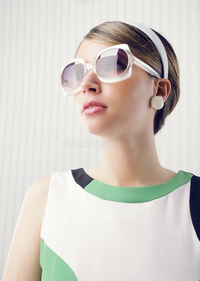 Modelo de forma com óculos de sol imagem de stock