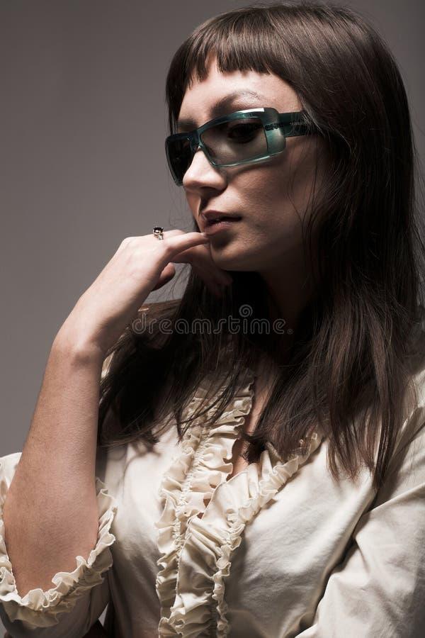 Modelo de forma com óculos de sol do desenhista foto de stock royalty free