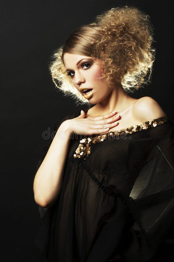 Modelo de forma com cabelo curly na túnica preta imagens de stock