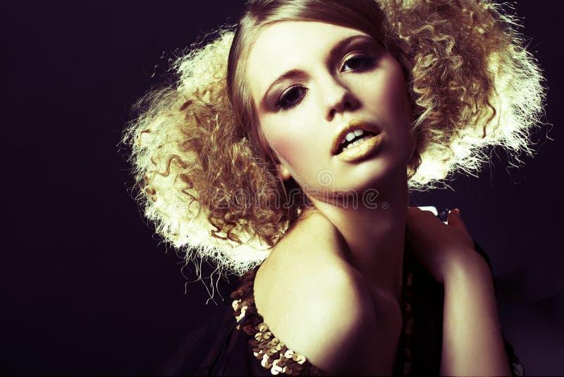 Modelo de forma com cabelo curly na túnica preta fotografia de stock