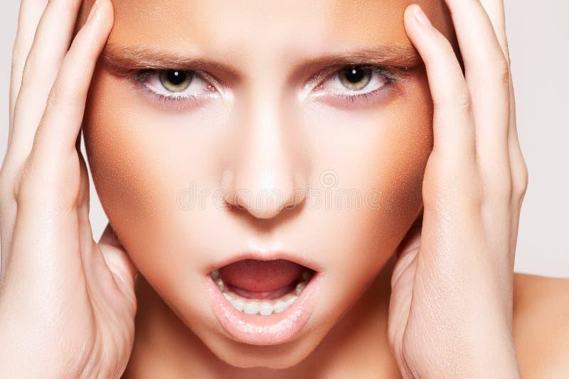 Modelo de forma com composição emocional da face & do bronze imagem de stock