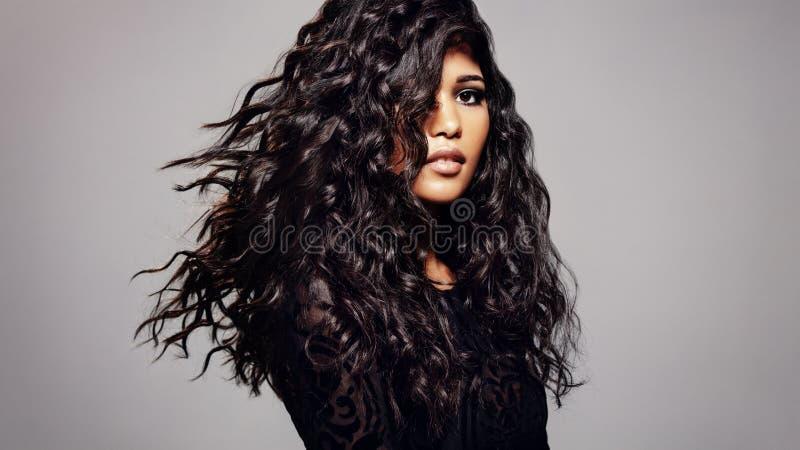 Modelo de forma com penteado ondulado imagem de stock royalty free
