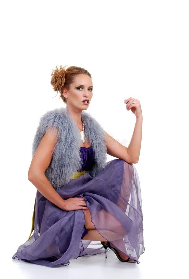 Modelo de forma com a veste roxa da pele do vestido imagem de stock royalty free