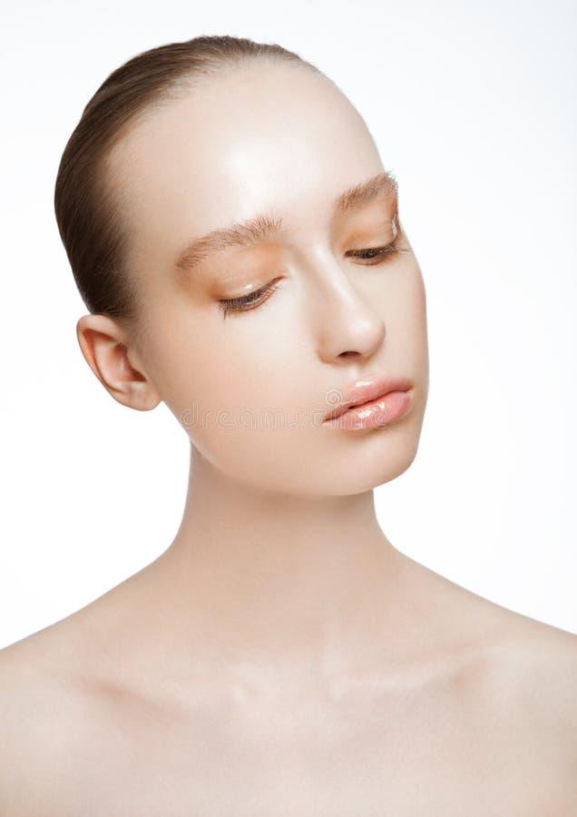 Modelo de forma da beleza com composição molhada do líquido da pele fotos de stock royalty free
