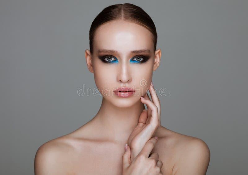 Modelo de forma da beleza com linhas azuis composição foto de stock royalty free