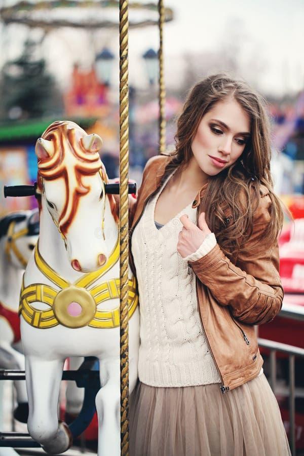 Modelo de forma da jovem mulher com cabelo marrom ondulado longo imagem de stock royalty free