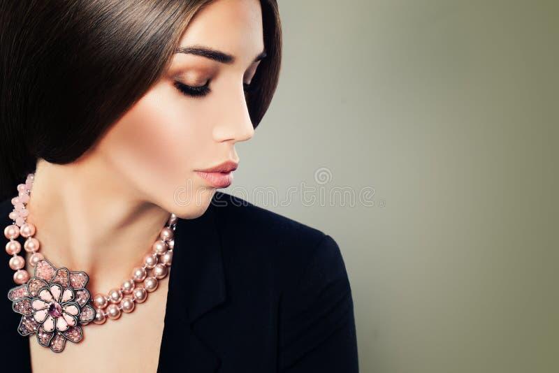 Modelo de forma da jovem mulher com composição e colar da joia fotos de stock