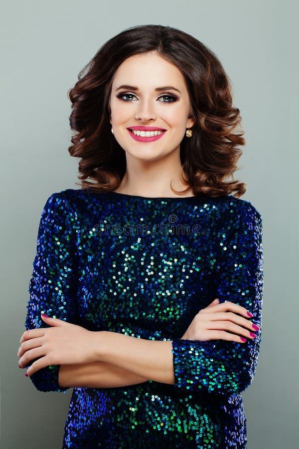 Modelo de forma da mulher no vestido dos brilhos fotos de stock