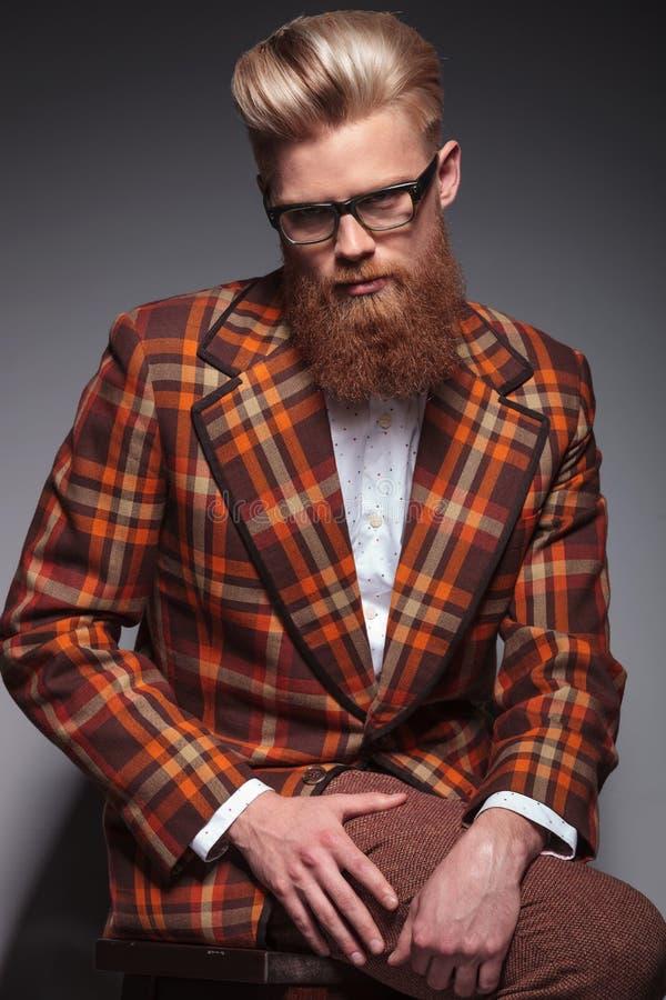 Modelo de forma dramático com barba longa imagem de stock