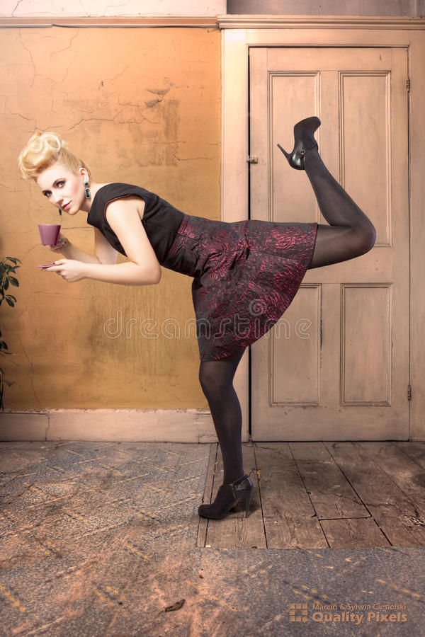 Modelo de forma em uma pose dinâmica fotos de stock royalty free