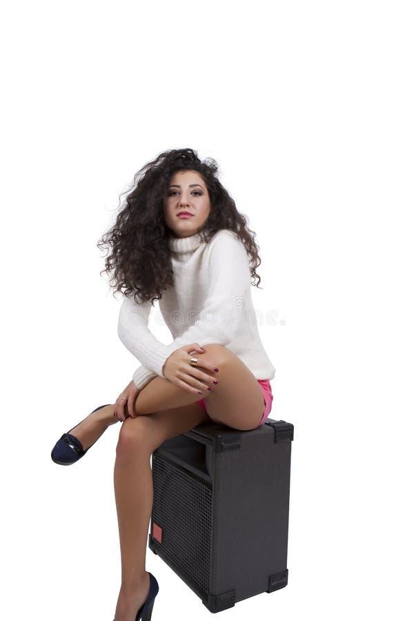 Modelo de forma fêmea sedutor que levanta em um orador imagens de stock royalty free