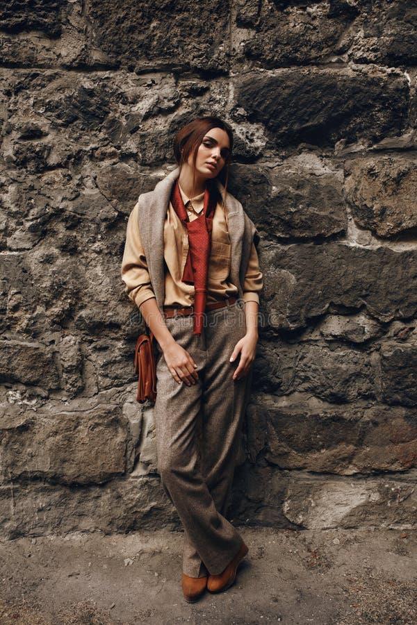 Modelo de forma In Fashionable Clothes Mulher bonita perto da parede imagem de stock royalty free