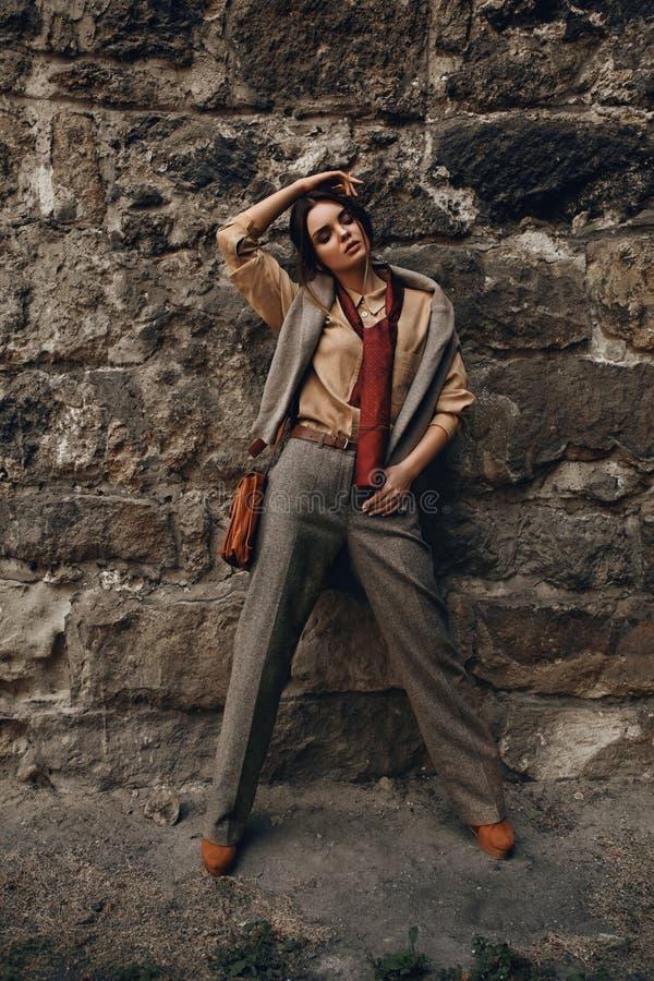 Modelo de forma In Fashionable Clothes Mulher bonita perto da parede foto de stock royalty free