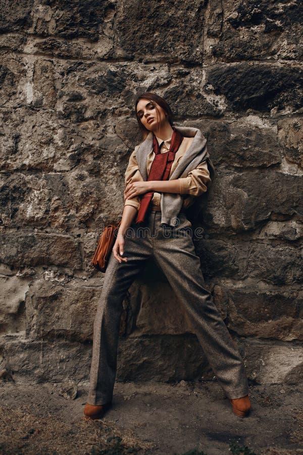Modelo de forma In Fashionable Clothes Mulher bonita perto da parede imagens de stock royalty free
