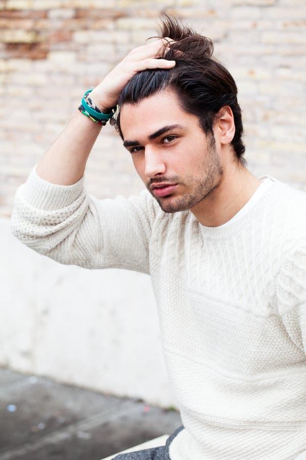 Modelo de forma fresco do homem novo, penteado Mão no cabelo imagens de stock royalty free