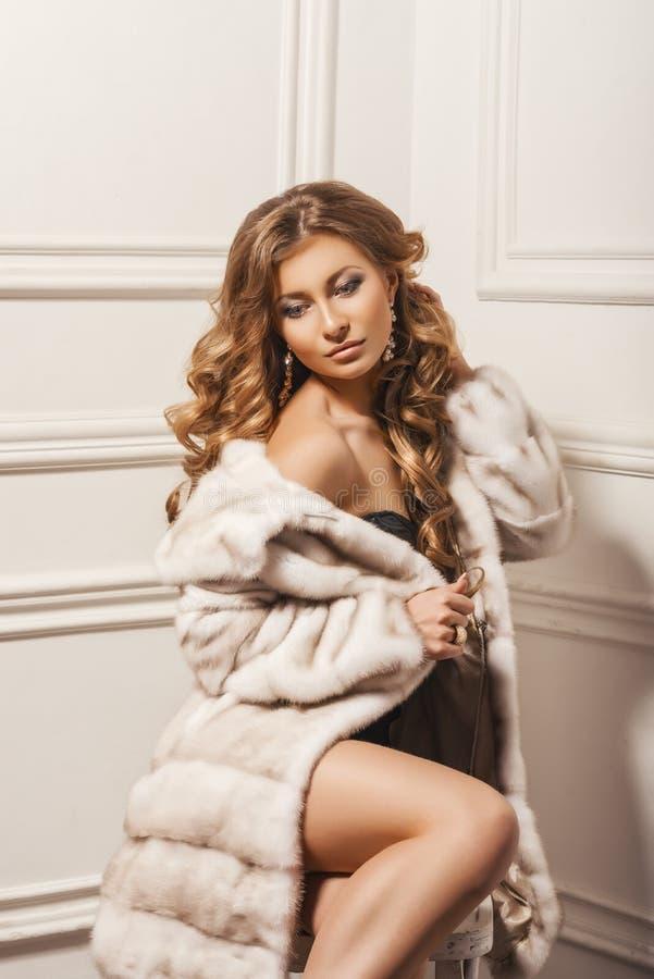 Modelo de forma Girl da beleza no casaco de pele branco do vison imagens de stock