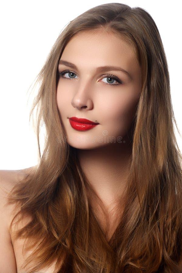 Modelo de forma Girl Portrait com cabelo de sopro longo Mulher bonita do encanto com cabelo saudável e da beleza de Brown Cosméti imagem de stock royalty free