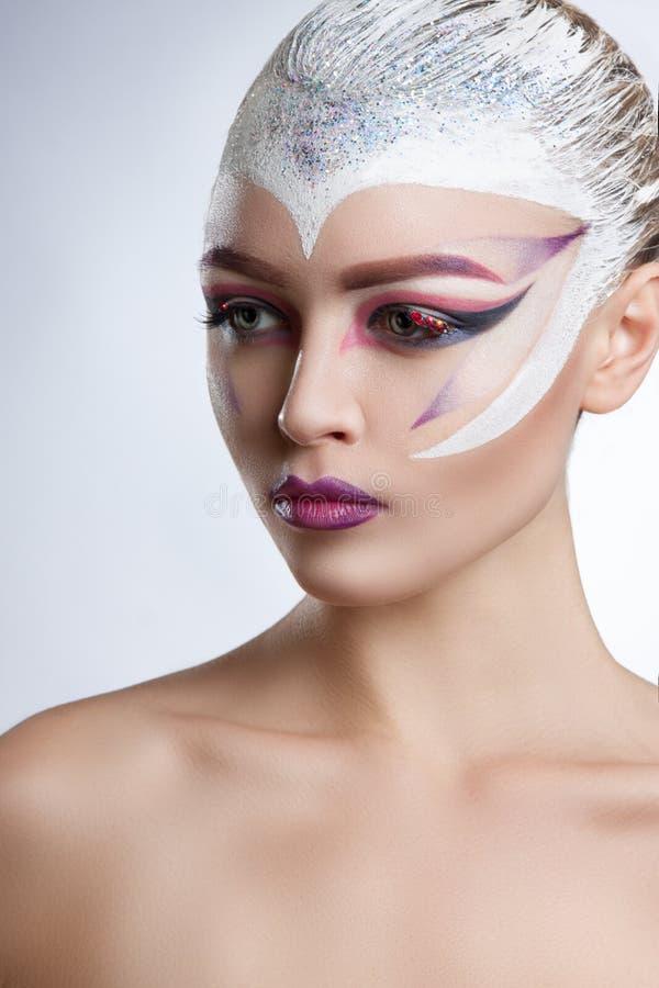 Modelo de forma Girl Portrait com composição brilhante Penteado criativo fotografia de stock royalty free