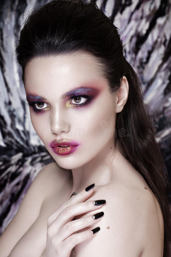 Modelo de forma Girl Portrait com composição vermelha e alaranjada hairstyle imagem de stock royalty free
