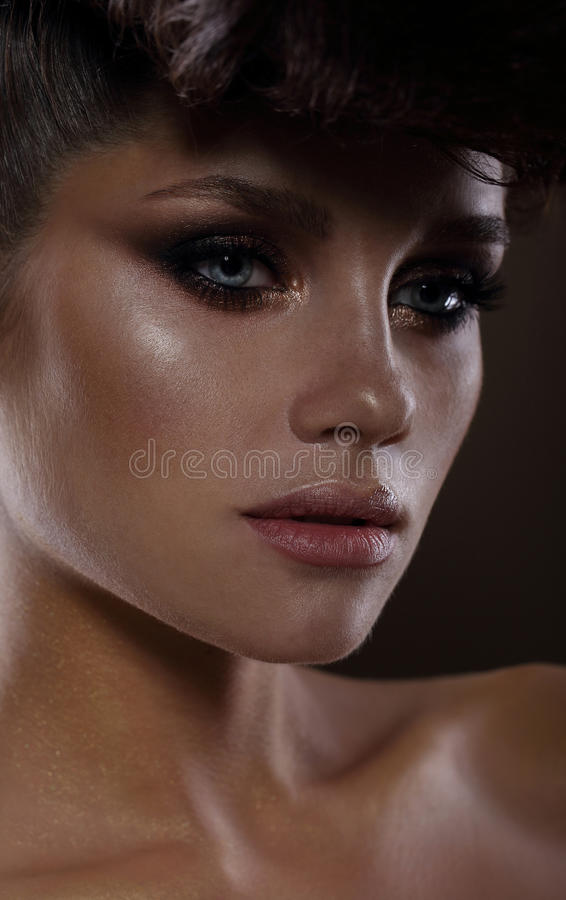 Modelo de forma glamoroso com rímel escuro fotos de stock royalty free