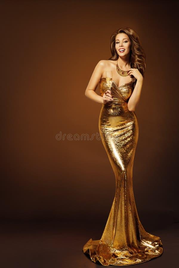 Modelo de forma Gold Dress, mulher no vestido dourado longo da beleza imagens de stock royalty free