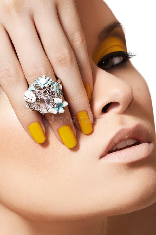 Modelo de forma, jóia do encanto, composição & manicure foto de stock