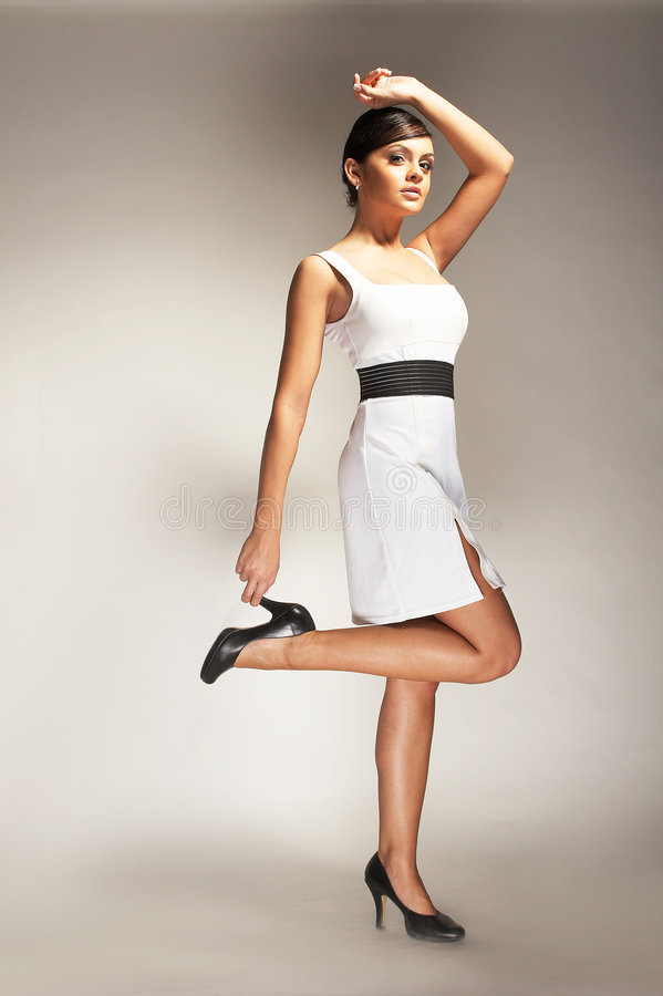 Modelo de forma levantado no vestido branco imagem de stock royalty free