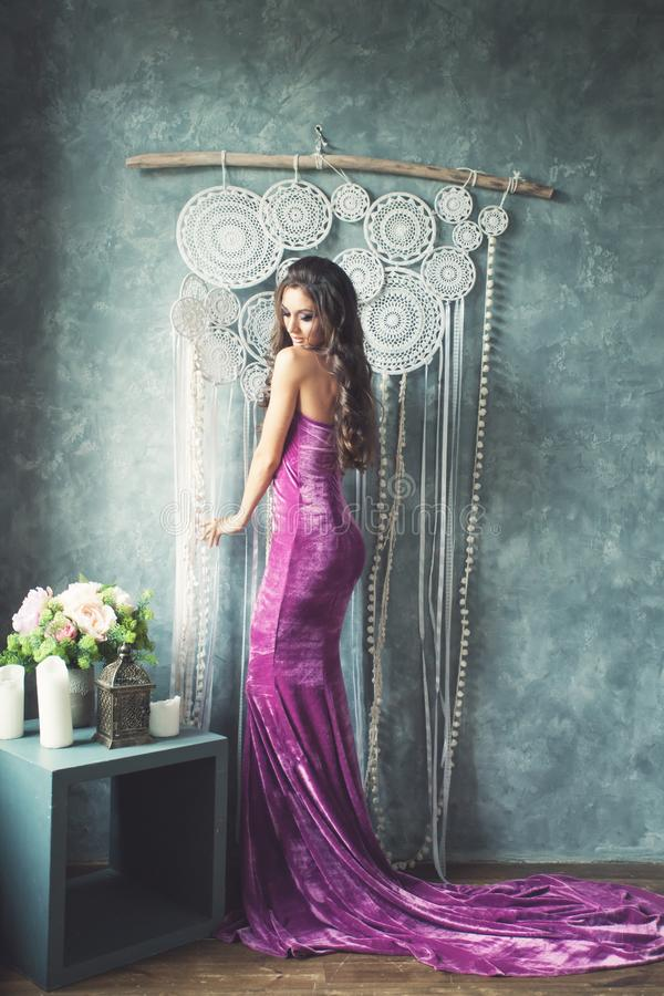 Modelo de forma lindo novo Wearing Gown da mulher imagens de stock royalty free