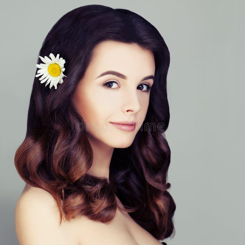 Modelo de forma lindo Woman Cabelo encaracolado saudável imagem de stock