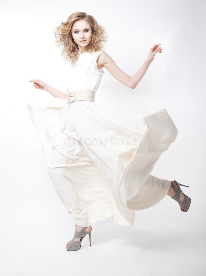 Modelo de forma louro feliz luxuoso da senhora nova imagens de stock royalty free