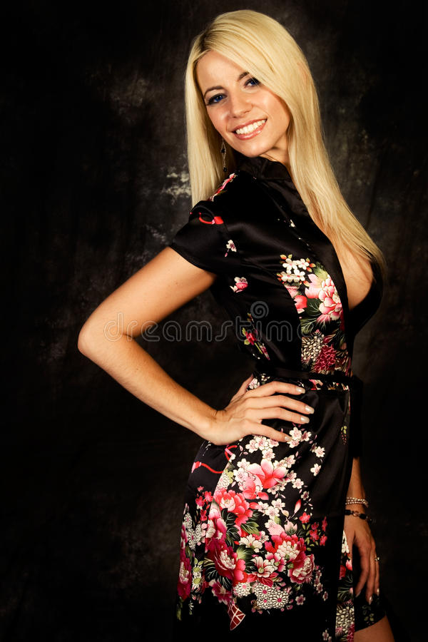 Modelo de forma louro 'sexy' da mulher na veste de seda fotos de stock