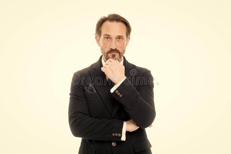 Modelo de forma maduro consider?vel do homem para vestir o terno elegante no fundo branco Anunciou alisadores do terno cada porta imagens de stock royalty free