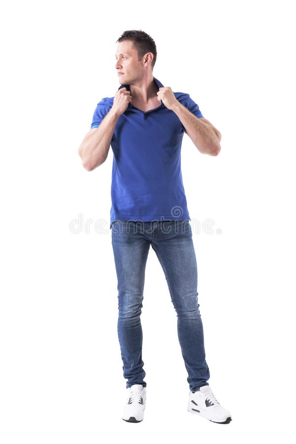 Modelo de forma masculino macho considerável sério seguro que levanta e que olha afastado foto de stock