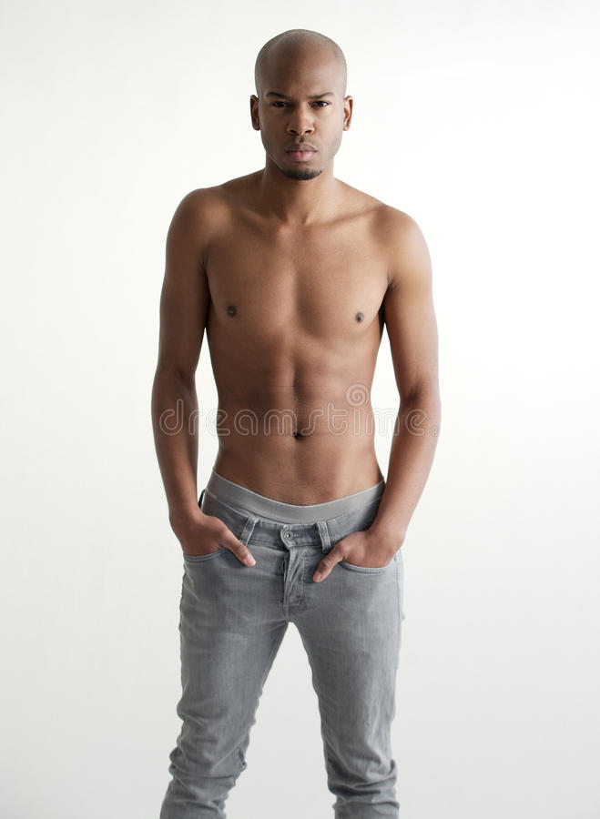 Modelo de forma masculino preto considerável descamisado fotos de stock