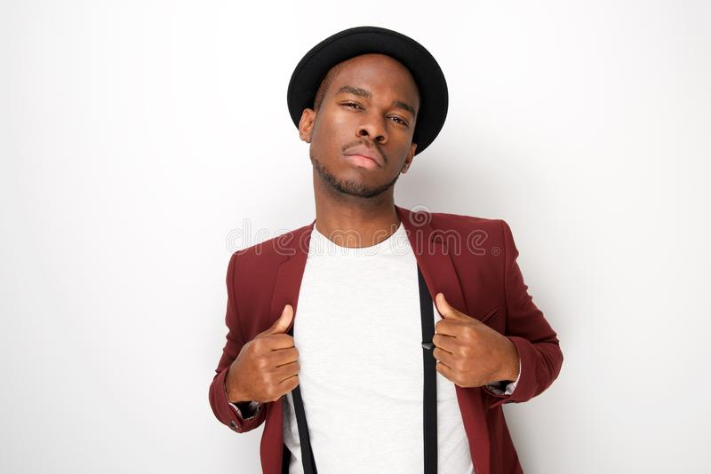 Modelo de forma masculino preto que levanta com chapéu e suspensórios pelo fundo branco foto de stock