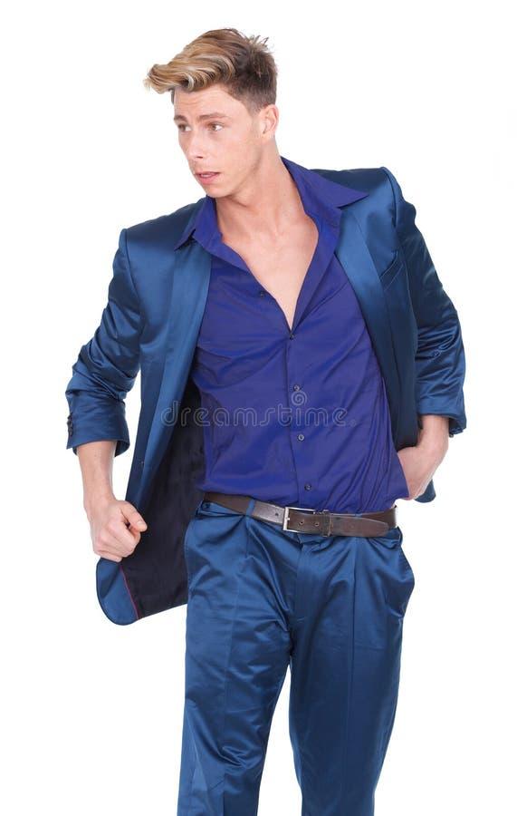 Modelo de forma masculino que levanta no terno azul imagem de stock