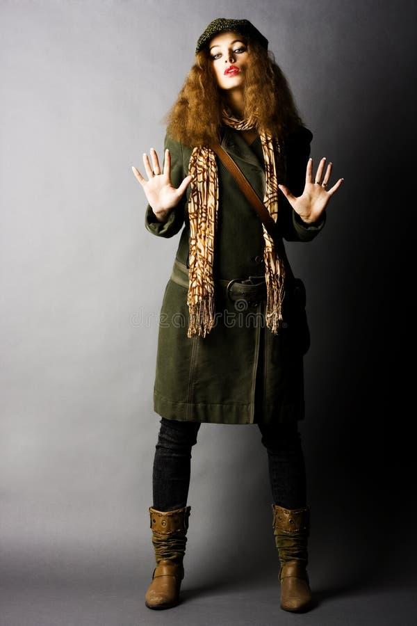 Modelo de forma na roupa do outono/inverno imagem de stock