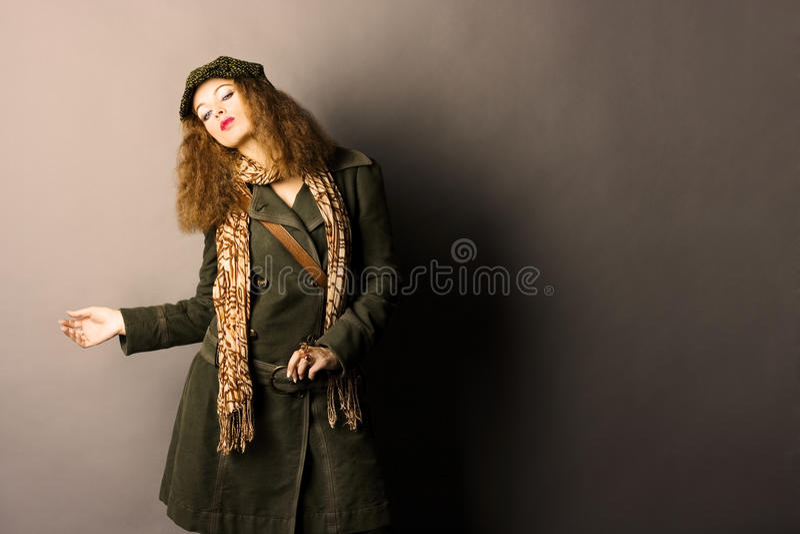 Modelo de forma na roupa do outono/inverno fotos de stock