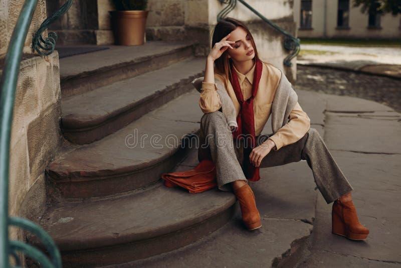 Modelo de forma na rua Mulher bonita na roupa elegante foto de stock