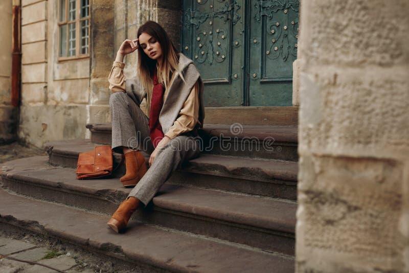 Modelo de forma na rua Mulher bonita na roupa elegante imagens de stock royalty free