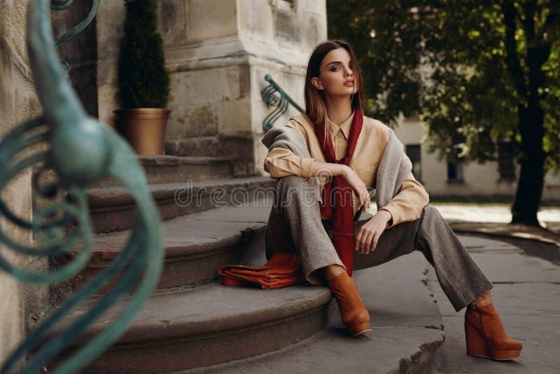 Modelo de forma na rua Mulher bonita na roupa elegante imagem de stock royalty free