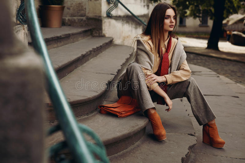 Modelo de forma na rua Mulher bonita na roupa elegante foto de stock royalty free