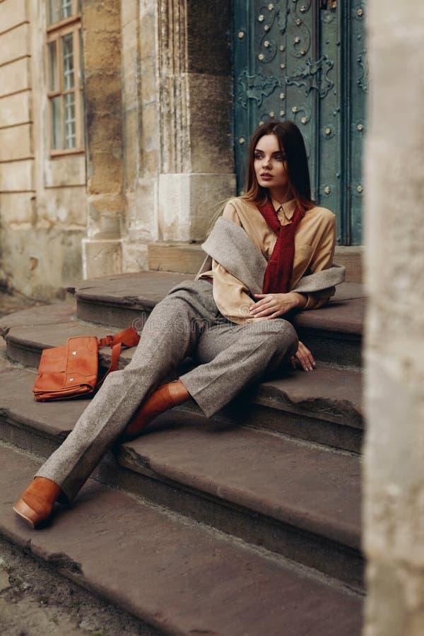 Modelo de forma na rua Mulher bonita na roupa elegante imagens de stock