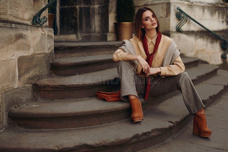 Modelo de forma na rua Mulher bonita na roupa elegante imagem de stock