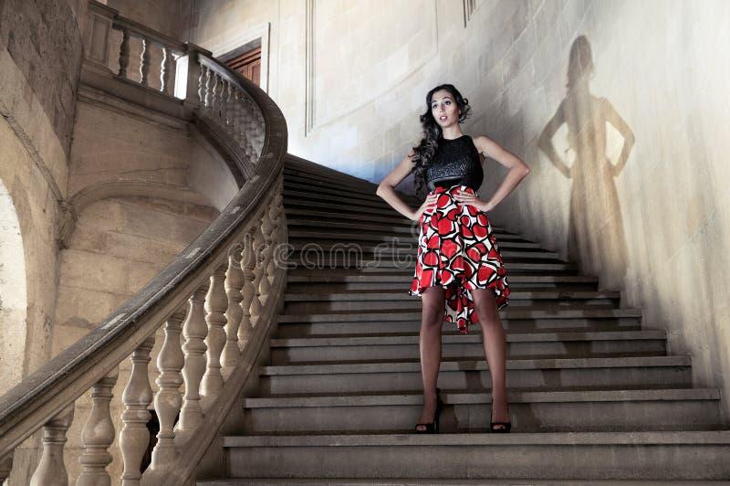 Modelo de forma nas escadas fotos de stock