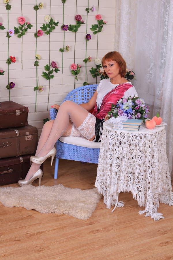 Modelo de forma nas meias que levantam no estúdio fotos de stock