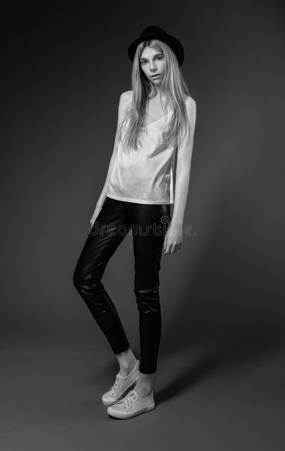 Modelo de forma no estúdio foto de stock royalty free