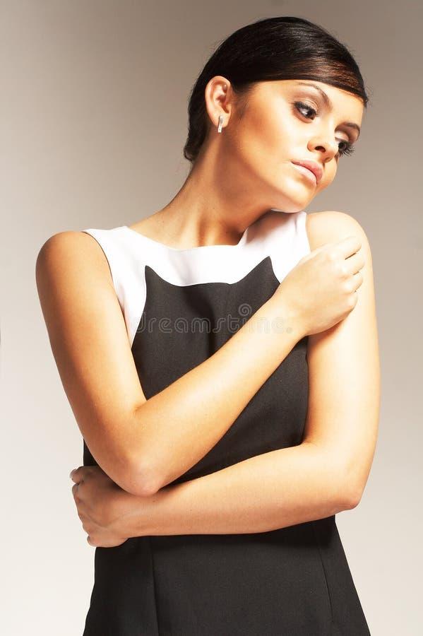 Modelo de forma no fundo claro no vestido preto fotografia de stock