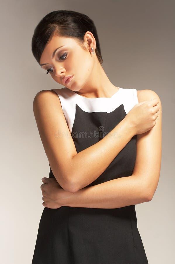 Modelo de forma no fundo claro no vestido preto imagem de stock royalty free